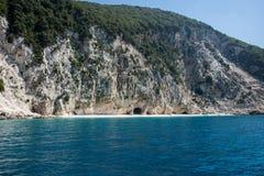 在海岛凯法利尼亚岛Kefalonia上的Kamari海滩在希腊 免版税图库摄影