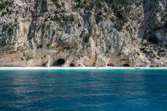 在海岛凯法利尼亚岛Kefalonia上的Kamari海滩在希腊 免版税库存照片