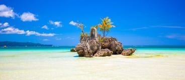 在海岛博拉凯,菲律宾上的威廉的岩石 库存照片