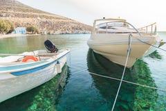 在海岛卡林诺斯岛上的平安的渔海港口 免版税图库摄影