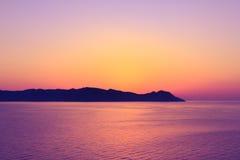 在海岛后的日落,从游轮的看法 图库摄影
