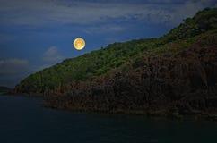 在海岛和海的浪漫满月 免版税库存图片