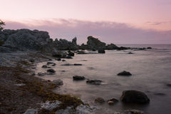 在海岛哥得兰岛,瑞典的海岸的岩石 免版税库存图片