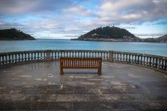 在海岛圣塔克拉拉上的美好的岸视图大西洋外耳海湾的,圣・萨巴斯蒂安,巴斯克国家,西班牙 库存照片