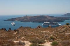 在海岛圣托里尼附近的巡航划线员 破火山口视图 免版税库存照片