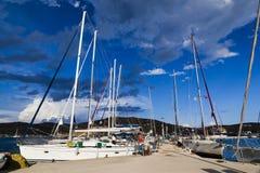在海岛塞里福斯岛,希腊上的小游艇船坞 免版税库存照片