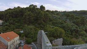 在海岛姆列特岛,飞过上的罗马废墟 库存图片