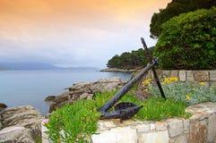 在海岛岸的老船锚 免版税库存照片