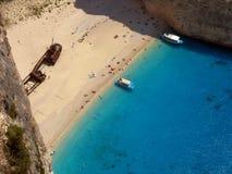 在海岛扎金索斯州吸引力Navagio海滩的顶视图 免版税库存图片