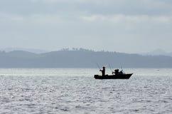 在海岛新西兰海湾的渔船  免版税库存图片
