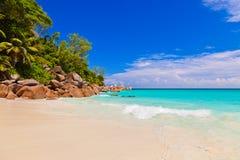 在海岛普拉兰岛塞舌尔群岛的热带海滩 免版税库存图片