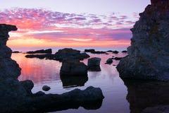 在海岛法罗,瑞典上的岩石海岸 库存照片