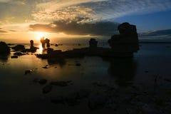 在海岛法罗,瑞典的海岸的岩石 免版税库存图片