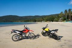 在海岛海滩停放的摩托车 库存图片