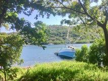 在海岛的岸的半凹下去的船 库存照片