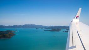 在海岛的平面飞行 免版税库存图片
