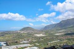 在海岛的远的看法由海 免版税库存照片