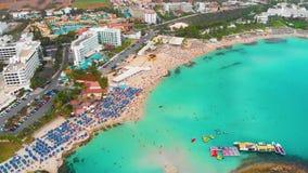 在海岛的飞行 风景 地中海和海岸Nissi海滩 塞浦路斯 城市手段 蓝色盐水湖岩石 股票录像