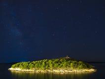 在海岛的满天星斗的天空 免版税库存照片