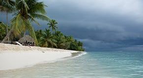 在海岛的阴沉的天空。 免版税库存图片