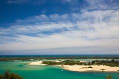 在海岛的从湖的看法和海滩入城市 库存图片