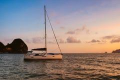 在海岛背景的游艇 库存图片