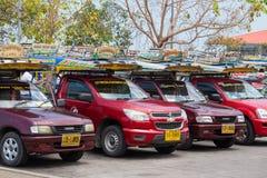 在海岛酸值苏梅岛,泰国的Songthaew出租汽车 库存照片