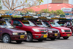 在海岛酸值苏梅岛,泰国的Songthaew出租汽车 库存图片