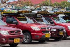 在海岛酸值苏梅岛,泰国的Songthaew出租汽车 免版税库存照片