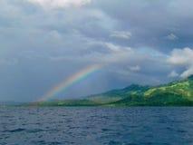 在海岛里面的彩虹 库存照片