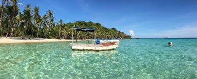在海岛附近的一条小船 免版税库存图片