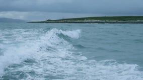 在海岛附近的风雨如磐的波浪在巴伦支海 影视素材