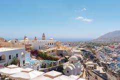 在海岛,希腊Thira首都城市的鸟瞰图  库存图片