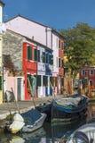 在海岛Burano上的江边运河 免版税库存图片