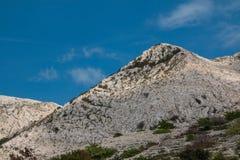 在海岛Krk,克罗地亚的岩石小山 库存照片