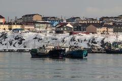 在海岛Kunashir的路的Bunkering船 免版税库存照片