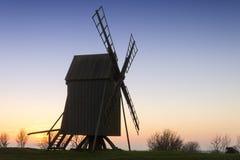 在海岛Oeland上的老木风车 库存图片