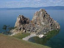 在海岛Olkhon,贝加尔湖上的岩石Shamanka 在清楚的太阳天气 库存照片