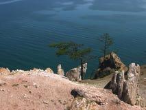 在海岛Olkhon,贝加尔湖上的岩石Shamanka 在清楚的太阳天气 图库摄影