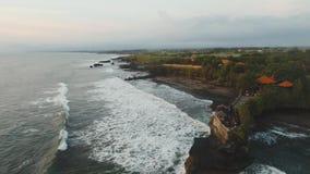在海岛Tanah全部巴厘岛,印度尼西亚的印度寺庙 股票录像