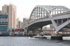 在海岛Yeongdo上的桥梁有在城市的一个看法 免版税库存照片
