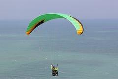 在海岸上的滑翔伞 免版税库存照片