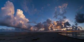 在海岸之上的Cloudscape 库存照片