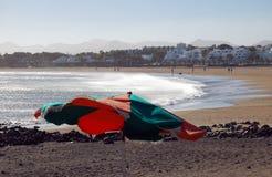 在海岸兰萨罗特岛西班牙的遮阳伞 免版税库存照片