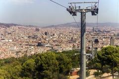 在海岸和Montjuic小山,巴塞罗那鸟瞰图之间的缆车 免版税库存照片