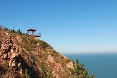 在海岸小山的眺望台 免版税库存照片