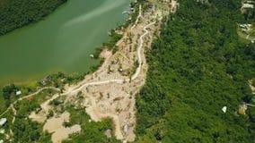 在海岸山湖和绿色森林空中风景fom飞行寄生虫山路和绿色热带树的路 影视素材