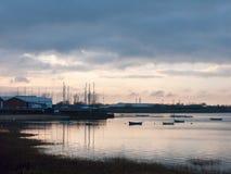 在海岸海洋海湾水天空海船的日落靠码头 免版税库存照片