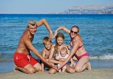 在海岸海滩的家庭 免版税库存照片