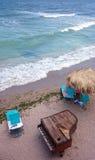 在海岸海滩的葡萄酒钢琴 库存照片